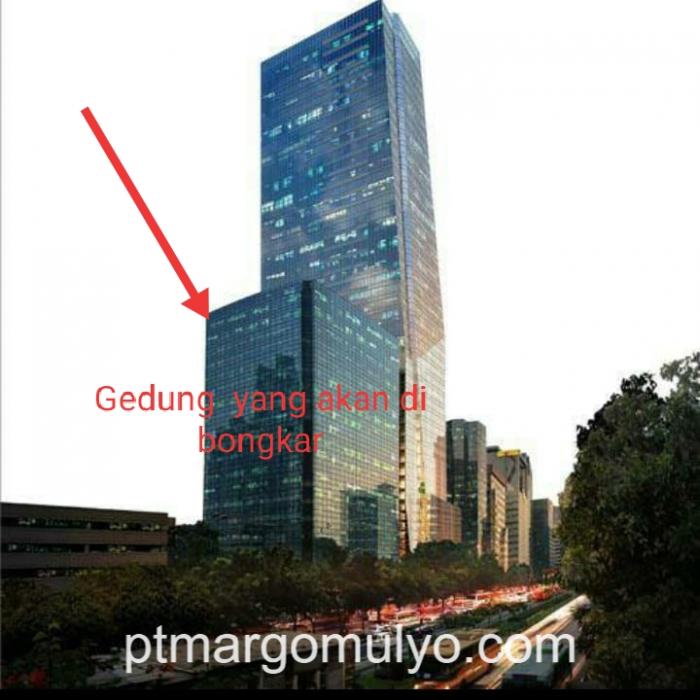 jarak antara gedung yg akan di bongkar dan gedung yang msh aktif 1,20 Mtr, sangat beresiko tinggi dan berbahaya bagi yg tidak memiliki pengalaman kerja di bidang bongkar bangunan